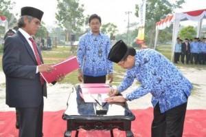 Rektor Universitas Riau Prof Dr Ashaluddin Jalil MS menandatangani penyerahan mahasiswa baru tahun akademis 2013/2014 dan diterima oleh Dekan Fakultas di lingkungan UR (Foto:Rabit-HUMAS UR)