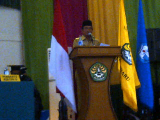Wakil Gubernur Riau Drs. H. R. Mambang Mit menghadiri dan memberikan kata sambutan pada acara Wisuda UR tahun ini