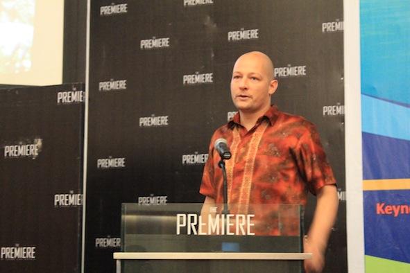 """Dr Dominik Kneer, pembicara dari Jerman sedang memaparkan papernya tentang """"Dinamika Padanglamun pada Ekosistem Terumbu Karang yang Beragam di Daerah Tropis"""""""