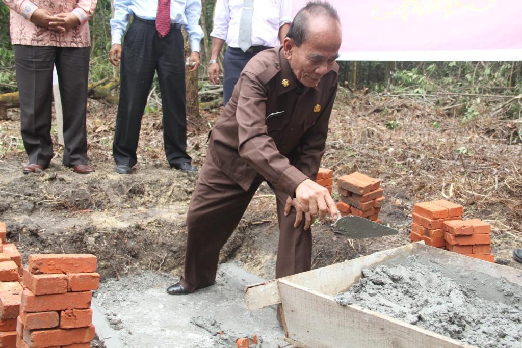 Peletakan batu pertama Asrama Mahasiswa UR oleh Bupati Kabupaten Rokan Hilir Annas Maamun