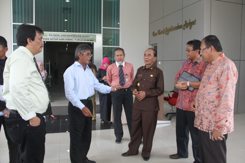Rektor UR tengah berbincang dengan Bupati Rohil, ditemani oleh jajaran pimpinan UR dan Rumah Sakit UR (foto: Humas UR)