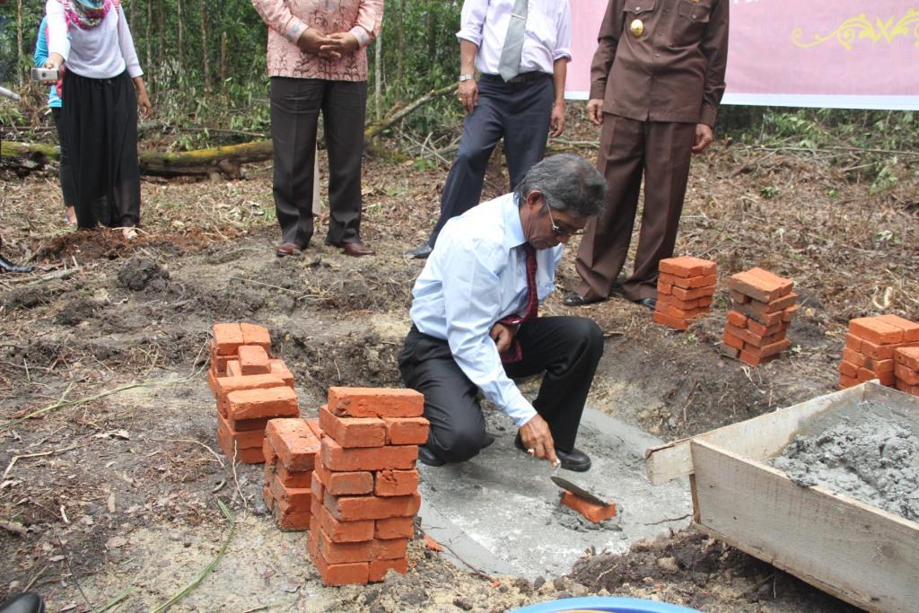 Rektor UR meletakkan batu pertama pembangunan gedung Asrama Mahasiswa UR (foto: Humas UR)