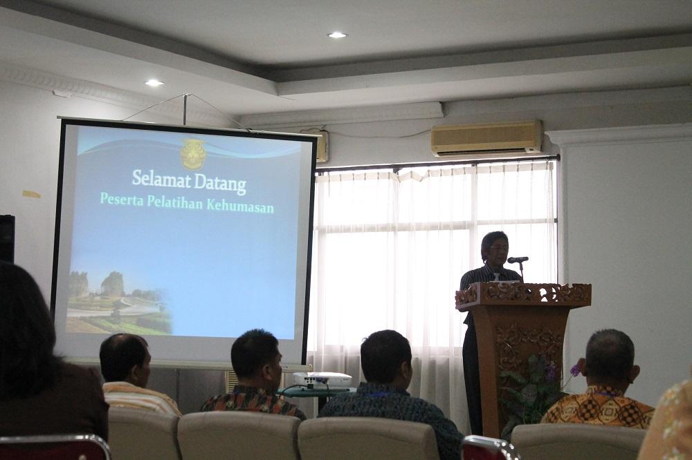 Rektor UR memberikan pidato sambutan pada pembukaan Pelatihan Kehumasan UR 2013