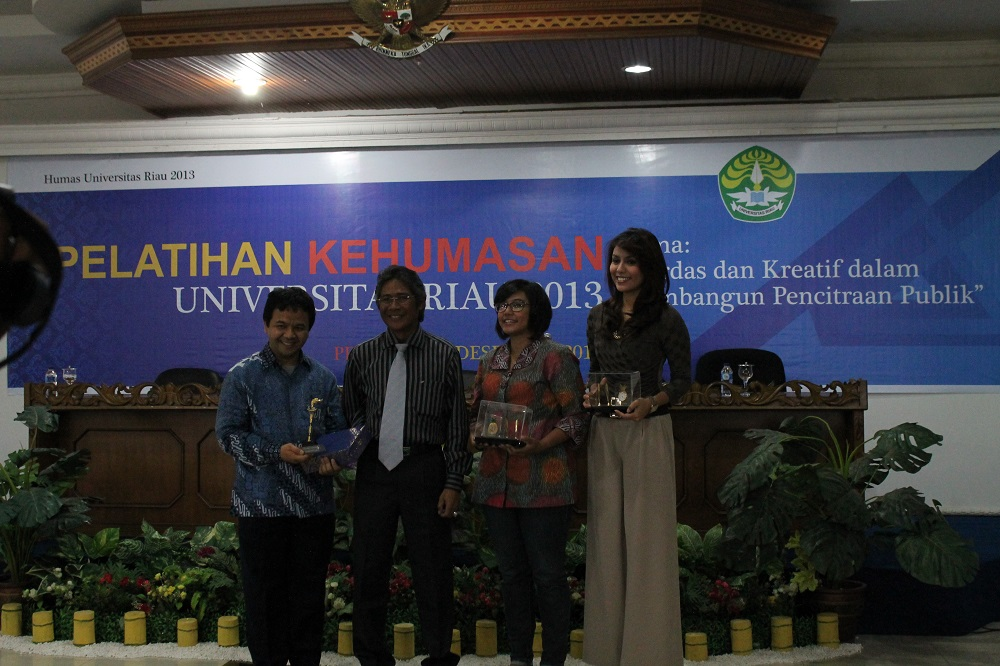 Penyerahan cinderamata dari Rektor UR kepada ketiga pemateri: Prof. Dr. Ibnu Hamad, M.Si dari kemdikbud RI, Chazizah Gusnita dari Merdeka(dot)com dan Winny Charita dari TV One Jakarta (foto: Hizra BPTIK UR)