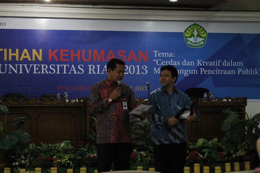 Prof. Dr. Ibnu Hamad, M.Si tengah menyampaikan materi, didampingi oleh Syafri Harto, M.Si sebagai moderator acara (foto: Hizra BPTIK UR)