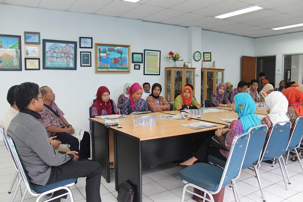 Kunjungan ke koran lokal (foto: Hizra BPTIK UR)