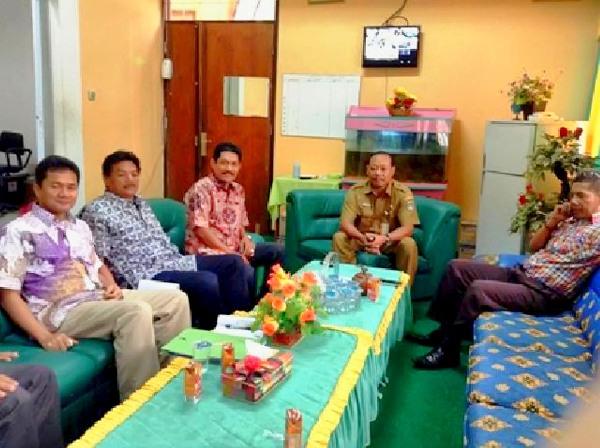 Dr Yanuar MSi bersama dengan beberapa anggota tim sosialisasi, Prof Rifardi, Drs Syapsan MSi dan Ir Suwitno MT diterima oleh Kasi Kurikulum Diknas serta Kepala Sekolah SMK II Kota Dumai (foto: ist)