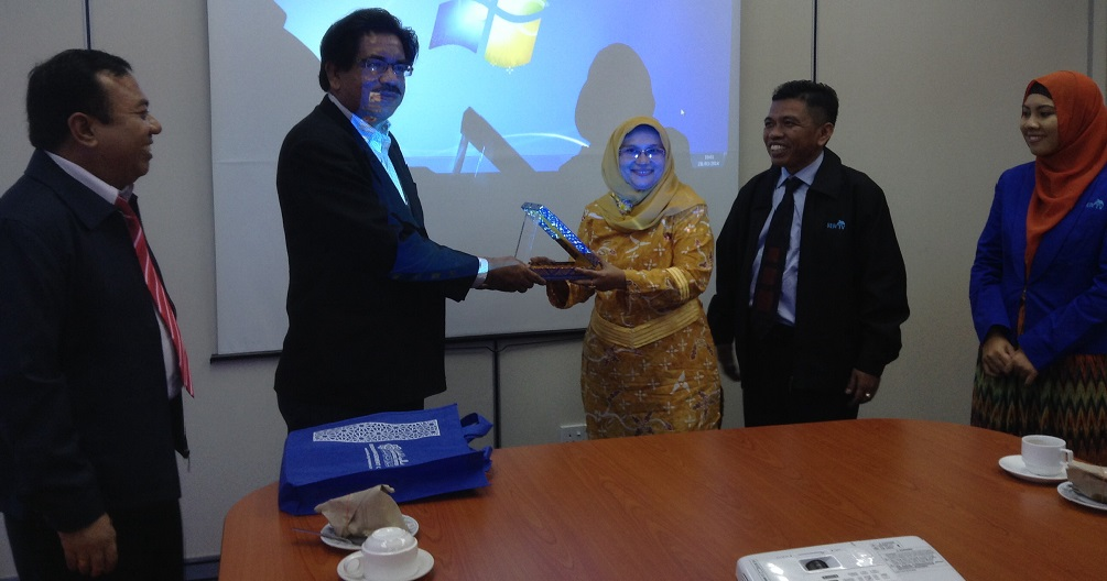 Pembina SEPTV Ir. Eni Yulinda, MP yang juga Ketua Jurusan SEP Faperika menyerahkan plakat SEPTV sebagai cenderamata kepada Direktur IIUM Press Prof. Roosfa Hasyim (foto: dok SEPTV UR)