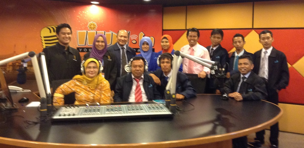 Kru SEPTV berpose usai mengunjungi studio radio kampus UIA Malaysia, IIUM.FM (foto: dok SEPTV UR)