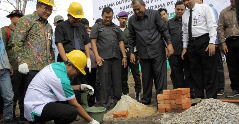 foto peletakan batu pertama oleh Rektor UR