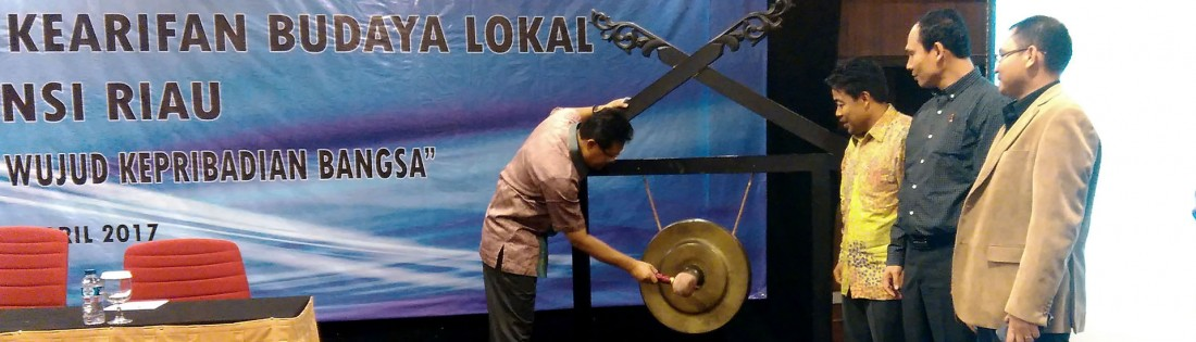 Rektor UR Prof Dr Ir Aras Mulyadi DEA meresmikan acara Sosialisasi Penyerapan Kearifan Budaya Lokal di Provinsi Riau