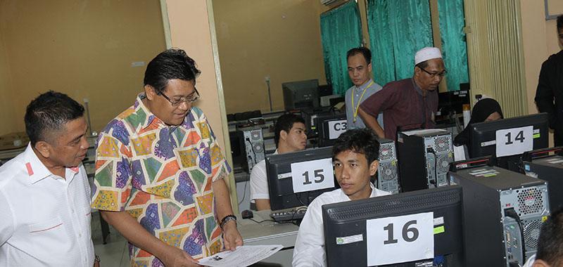 Rektor Universitas Riau Prof Dr Ir Aras Mulyadi DEA meninjau lokasi pelaksanaan ujian Seleksi Bersama Masuk Perguruan Tinggi Negeri (SBMPTN), tanggal 16 Mei 2017