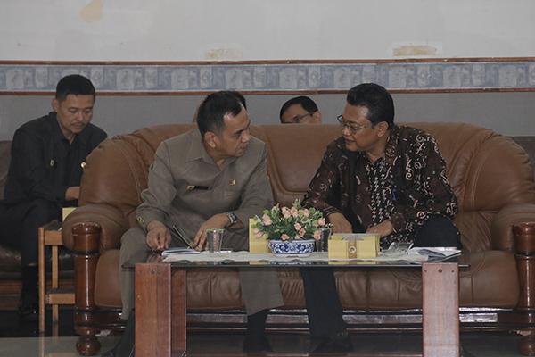 Prof Dr Mashadi MSi (kanan) bersama Deputi Diklat PIM Lemhanas RI, Mayjen TNI M Nasir Majid (kiri)