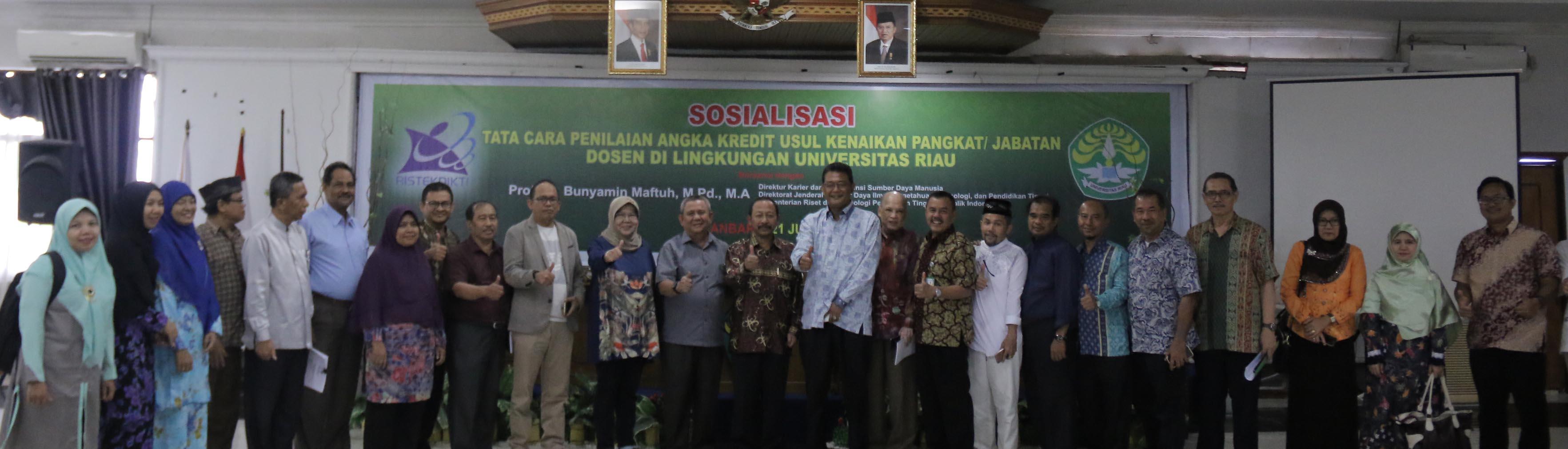 Wakil Rektor Bidang Perencanaan dan Sistem Informasi berfoto bersama narasumber dan peserta kegiatan sosialisasi