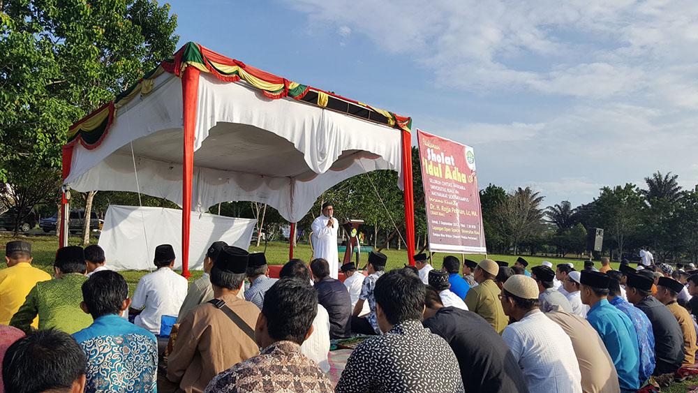Prof Dr Sujianto MSi memberikan sambutan dalam pelaksanaan shalat idul adha di lingkungan UR