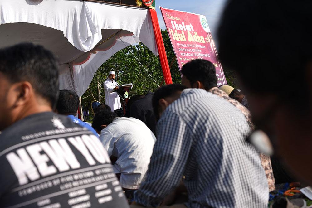 khatib adalah Ustadz Dr H Rojja Pebrian LC MA memberikan ceramah dalam pelaksanaan shalat idul adha di lingkungan R
