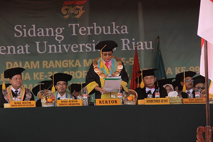 Rektor Universitas Riau Prof Dr Ir Aras Mulyadi DEAsedang mengukuhkan para wisudawan