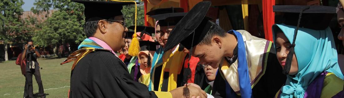 Rektor Universitas Riau memberikan penghargaan kepada para pemuncak pada wisuda periode Oktober 2017
