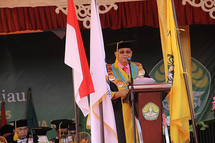 Rektor Universitas Riau sedang memberikan sambutan