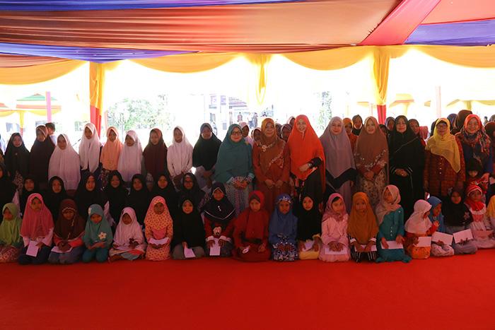 Foto bersama Darmawanita Universitas Riau dengan Anak Yatim dan Panti Asuhan