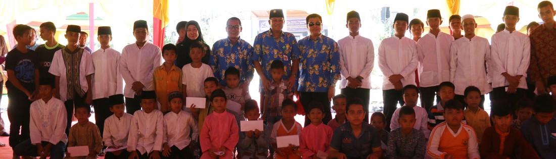 Foto bersama Rektor Universitas Riau dengan Anak Yatim dan Panti Asuhan