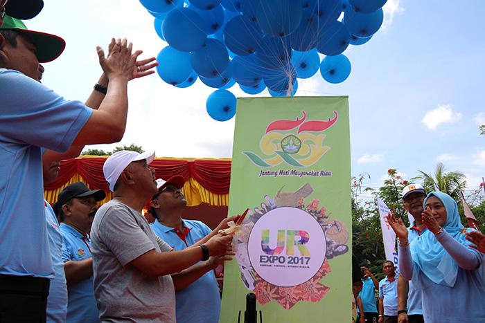 Gubernur Riau, Rektor UR dan Ketua Panitia Milad ke 55 UR melepaskan balon saat pembukaan UR Expo 2017