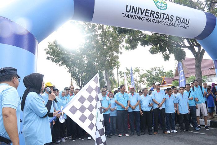 Kegiatan Fun Walk dalam rangka Milad ke 55, diikuti oleh Civitas Akademika Universitas Riau dan masyarakat umum