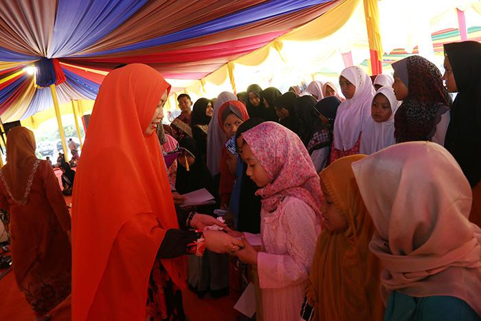 Ketua Darmawanita Universitas Riau memberikan santunan kepada Anak Yatim dan Panti Asuhan