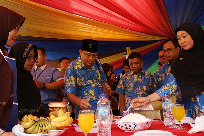 Rektor Universitas Riau Prof Dr Ir Aras Mulyadi DEA dan Ketua Milad ke-55 Universitas Riau Dr Sri Indarti SE MSi mengunjungi peserta lomba masak