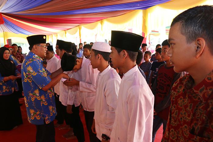 Rektor Universitas Riau Prof Dr Ir Aras Mulyadi DEA memberikan santunan kepada Anak Yatim dan Panti Asuhan