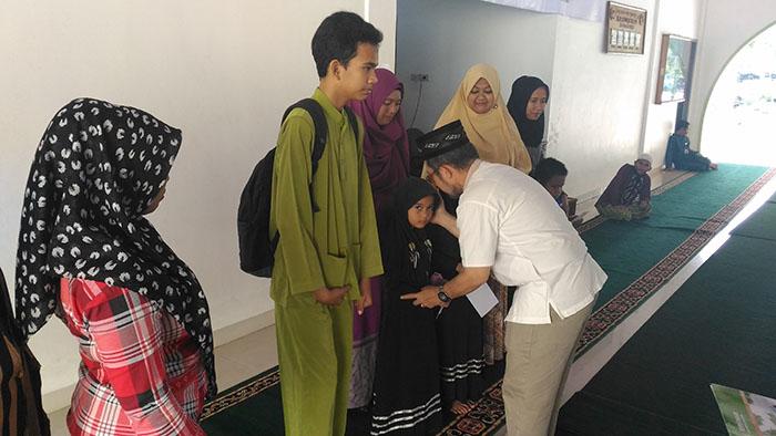 Kepala Biro Akademik Azhar Kasymi sedang memberikan santunan kepada anak yatim dan kaum dhuafa (Sumber-Istimewa)