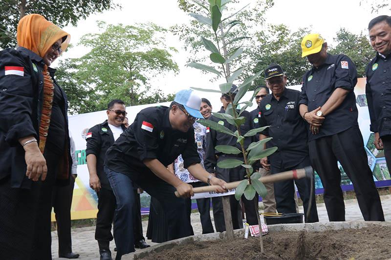 rektor Unri Prof Dr Ir Aras Mulyadi DEA saat melakukan penanaman pohon di wilayah kampus bina widya Unri