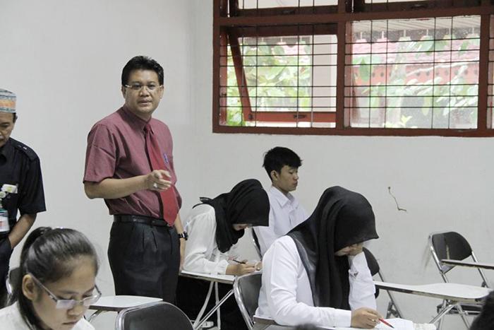 rektor memantau orang ujian