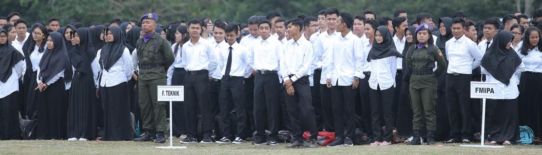 upacara pelaksanaan serah terima mahasiswa baru kefakultas masing masing