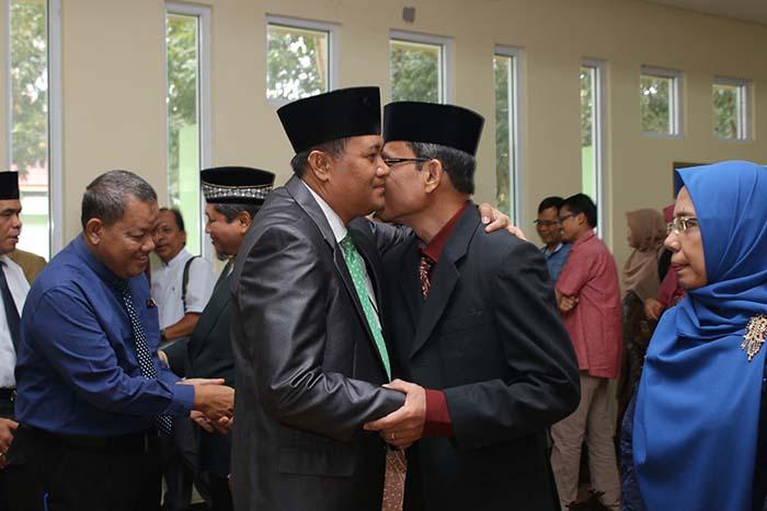 Rektor Memberikan Ucapan Selamat Kepada Pejabat Yang Baru Dilantik