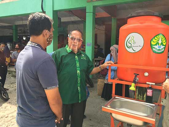 "Waspada Penyebaran Pandemi Covid-19, UNRI Serahkan ""Hand Washer"" (Sumber: HUMAS Universitas Riau)"