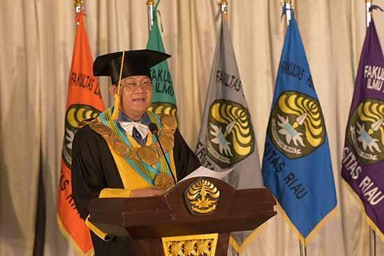 Rektor UNRI Prof Dr Ir Aras Mulyadi DEA pada kegiatan wisuda daring (SUMBER: HUMAS UNIVERSITAS RIAU)
