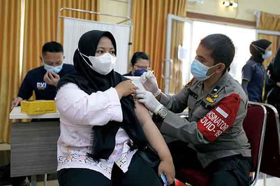 UNRI-POLDA Riau Gelar Vaksinasi Massal (SUMBER: HUMAS UNIVERSITAS RIAU)